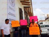 C�rdoba, Ver., 30 de julio de 2015.- Amigos y familiares de Manuel Alv�zar, suplente del Alcalde de Amatl�n, se manifestaron en la Fiscal�a Regional, argumentando su inocencia y pidiendo su liberaci�n.