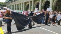 Xalapa, Ver., 2 de agosto de 2015.- Activistas, amigos y compa�eros de trabajo se reunieron en Plaza Lerdo para exigir el esclarecimiento de la muerte del fotoperiodista Rub�n Espinoza.