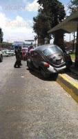 Xalapa, Ver., 2 de agosto de 2015.- Autom�vil se sube a la banqueta tras quedarse sin frenos en la avenida Xalapa esquina con L�zaro C�rdenas, justo en la parada de camiones, dos mujeres resultaron lesionadas, una de ellas con fractura en el pie.