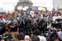 M�xico, D.F., 2 de agosto de 2015.- Cientos de periodistas, activistas de derechos humanos y ciudadanos exigen en el �ngel de la Independencia justicia para el fotoperiodista Rub�n Espinosa y 4 mujeres, asesinados el pasado viernes en la colonia Narvarte de la capital del pa�s.