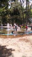 Xalapa, Ver., 2 de agosto de 2015.- Con las altas temperaturas, los ni�os se divierten y refrescan en las fuentes de agua como �sta a la entrada de la ciudad sobre la avenida Xalapa.