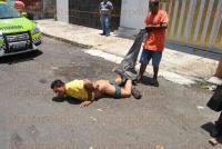 Veracruz, Ver., 2 de agosto de 2015.- En la colonia 21 de abril, elementos de la Polic�a Naval y Estatal rescataron a un hombre de ser linchado, luego de que vecinos tomaran justicia por propia mano al atraparlo despu�s de que �ste asaltara un comercio en la zona.