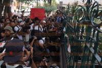 M�xico, D.F, 2 de agosto de 2015.- Compa�eros, amigos y familiares velan al fotoperiodista Rub�n Espinosa Becerril en una funeraria en la Ciudad de M�xico. Realizan guardias de honor en su memoria.