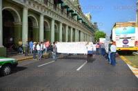 Xalapa, Ver., 3 de agosto de 2015.- Ciudadanos inconformes bloquearon la vialidad en la calle Enr�quez por unos minutos, para exigir apoyos a diversas dependencias como SEDARPA, SIOP y SCT.