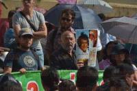 Xalapa, Ver., 3 de agosto de 2015.- Integrantes de la Asamblea Veracruzana de Iniciativa y Defensa Ambiental, acompa�ados por Guadalupe de Jes�s Salcedo, esposa del activista fallecido, No� V�zquez Ortiz, se reunieron en Plaza Lerdo para exigir que se aclaren los hechos de la muerte.