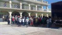 Calcahualco, Ver., 3 de agosto de 2015.- Frente al Palacio Municipal se manifiesta un grupo de 200 personas, habitantes de la congregaci�n Atotonilco, para solicitar infraestructura para su lugar de origen.