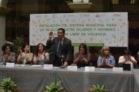 Xalapa, Ver., 3 de agosto de 2015.- El alcalde Am�rico Z��iga, acompa�ado por la directora del IMM, Yadira Hidalgo, presidieron la instalaci�n del �Sistema municipal para la igualdad entre mujeres y hombres y una vida libre de violencia�, en el patio central de Palacio Municipal.
