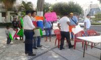 Coatzacoalcos, Ver., 3 de agosto de 2015.- Una comitiva de vendedores ambulantes del mercado �Morelos� liderados por Fernando P�rez se manifest� en el parque Independencia, para denunciar el trato de autoridades.