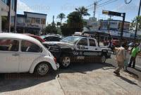 Veracruz, Ver., 3 de agosto de 2015.- Tras el choque entre una patrulla de SSP, una pipa de gas y varios veh�culos particulares la zona fue asegurada por elementos de Tr�nsito del Estado y de la Polic�a Naval.