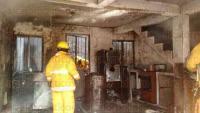 Xalapa, Ver., 4 de agosto de 2015.- El fuego consumi� totalmente enseres dom�sticos, sala, ropa, entre otros objetos de valor.