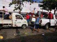 Coatzacoalcos, Ver., 4 de agosto de 2015.- La ma�ana de este martes, comerciantes ambulantes del mercado �Morelos� arremetieron contra autoridades de Comercio. Por la avenida Pedro Moreno