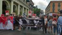 Xalapa, Ver., 4 de agosto de 2015.- Activistas amigos de Nadia Vera y Rub�n Espinosa bloquean la calle Enr�quez en protesta por su asesinato.