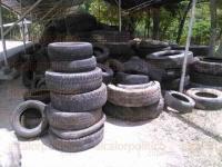 Papantla, Ver., 4 de agosto de 2015.- Cerca de 3 toneladas de llantas recolectadas durante el programa �Llantat�n� organizado por el Gobierno Municipal permanecen amontonadas en el campo An�huac.