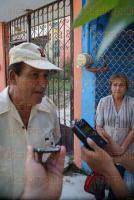 Mart�nez de la Torre, Ver., 4 de agosto de 2015.- Habitantes del fraccionamiento Infonavit, a un costado del pante�n municipal, denuncian inseguridad, falta de alumbrado, drenaje y deterioro en su calle principal