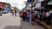 Minatitl�n, Ver., 27 de agosto de 2015- Ciudadanos y empresarios bloquearon la vialidad en la zona centro, esperando dialogar con el regidor Luis Antonio Mart�nez; cuatro horas m�s tarde se retiraron del sitio.