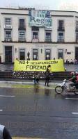 Xalapa, Ver., 27 de agosto de 2015.- Un grupo de personas que dijo ser simpatizante del PRD se manifest� en Plaza Lerdo en contra de las desapariciones forzadas; colocaron zapatos en la escalinata y repartieron volantes a los transe�ntes.