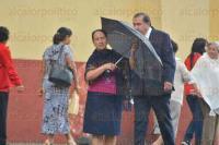 Xalapa, Ver., 28 de agosto de 2015.- Una repentina llovizna que dur� algunos minutos sorprendi� a los xalape�os; algunos ya estaban preparados sacando sus paraguas.