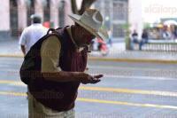 Xalapa Ver., 28 de agosto de 2015.- El D�a del abuelo parece pasar inadvertido, muy pocas personas salen a las calles con sus abuelos y, en algunos casos, estos permanecen en condiciones de calle.