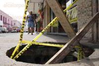 Veracruz, Ver., 28 de agosto de 2015.- La tapa de un registro propiedad de la Comisi�n Federal de Electricidad se rompi� y cay� al interior de la misma, provocando un boquete sobre la banqueta de la avenida 5 de Mayo. El desperfecto lleva m�s de una semana y no ha sido atendido.
