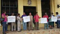 Papantla, Ver., 28 de junio de 2015.- Trabajadores de los dos sindicatos del Ayuntamiento, se manifestaron afuera del Palacio Municipal, con pancartas denunciaron el retraso del pago de sus quincenas y vales de despensa.