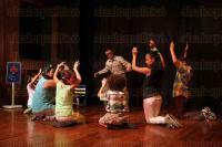 Xalapa, Ver., 29 de agosto de 2015.- Como parte del programa de actividades del Festival �Emilio Carballido� la compa��a el Tel�n present� la obra infantil �Sucedi� entre ranas y sapos�, en la Galer�a de Arte Contempor�neo.