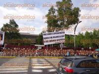 M�xico, DF., 29 de agosto de 2015.- Mujeres y hombres integrantes de los 400 Pueblos se desnudaron frente al Palacio Legislativo de San L�zaro para protestar por la llegada de Miguel �ngel Yunes Linares como diputado federal.