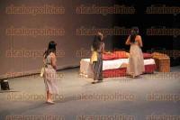 Xalapa, Ver., 29 de agosto de 2015.- Como parte del programa del Festival Emilio Carballido se present� la funci�n �Medusa� una producci�n de la �Compa��a D�ctilos Teatro�, con una gran asistencia que casi llen� el Teatro del Estado.