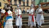 Xalapa, Ver., 30 de agosto de 2015.- A un mes de la muerte del fotorreportero Rub�n Espinosa y la activista Nadia Vera, se present� un performance en Plaza Lerdo y colocaron un altar.