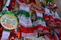Xalapa, Ver., 30 de agosto de 2015.- En el centro de la Capital ya comenz� la venta de diversos art�culos relacionados al mes patrio. A dos d�as de iniciar septiembre, ya se pueden adquirir peque�os llaveros, banderas, trajes tradicionales, sombreros, matracas y tambores.