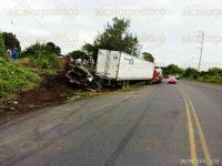 Cuitl�huac, Ver., 30 de agosto de 2015.- Un conductor de un Chevrolet Monte Carlo perdi� el control y choc� contra la parte posterior de un tractocami�n, por lo que los dos veh�culos tuvieron que ser remolcados.