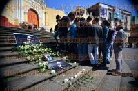 Xalapa, Ver., 31 agosto de 2015.- Periodistas, fot�grafos y amigos de Rub�n Espinosa se dieron cita en Plaza Lerdo, donde colocaron im�genes y flores en homenaje a �l y a Nadia Vera.