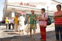 Veracruz, Ver., 31 de agosto de 2015.- Los jubilados amenazan con mantener el bloqueo en las calles Ju�rez e Independencia, hasta que autoridades solucionen su situaci�n.