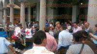 Xalapa, Ver., 31 de agosto de 2015.- Un hombre se desvaneci� en plena av�a p�blica afuera del Palacio municipal, se presume que sufri� un infarto pues param�dicos de la Cruz Roja le dan RCP.