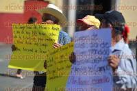 Xalapa Ver., 31 agosto de 2015.- Cirilo Elotl�n y Fernando Celis Callejas, durante manifestaci�n en Plaza Lerdo, exhortaron al nuevo titular de la SAGARPA, Jos� Calzada, a revisar el funcionamiento de la dependencia en el Estado.