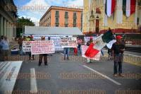 Xalapa, Ver., 31 de agosto de 2015.- Un grupo de personas bloque� la vialidad de Enr�quez solicitando el desalojo de una propiedad en donde, mencionan, viven Benito Corona Galindo y Josefina V�zquez quienes los despojaron de la propiedad.