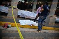 Xalapa, Ver., 31 de agosto de 2015.- Peritos retiran el cuerpo de la persona que falleci� debido a un infarto afuera del Palacio Municipal.