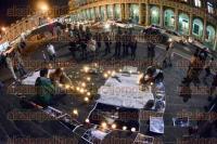 Xalapa, Ver., 31 de agosto de 2015.- En silencio, excompa�eros periodistas y amigos de la activista Nadia Vera y del fotoperiodista Rub�n Espinosa, caminaron por calles del centro de la capital con velas en mano, las cuales colocaron en Plaza Lerdo, formando un altar a un mes de su fallecimiento.