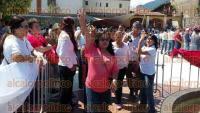 Orizaba, Ver., 1 de septiembre de 2015.- Entre rechiflas y gritos de �dictador� y �asesino�, el alcalde Juan Manuel Diez Francos devel� la estatua de Porfirio D�az en la Plaza Bicentenario.