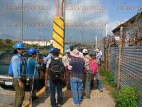 Coatzacoalcos, Ver., 1 de septiembre de 2015.- Unos 80 trabajadores de la Plaza El Dorado protestaron por falta de pago.