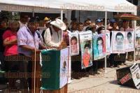 M�xico, DF., 1 de septiembre de 2015.- Los padres de los 43 normalistas de Ayotzinapa presentaron un contrainforme de gobierno de la administraci�n del presidente Enrique Pe�a Nieto, destacando sus irregularidades en todos los sectores y la opacidad en las investigaciones como la de los 43 y Ostula.