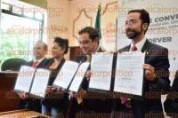 Xalapa, Ver., 1 de septiembre de 2015.- El alcalde Am�rico Z��iga, junto al titular de la SEDECOP, Erik Porres Blesa, firm� un convenio de colaboraci�n para la instalaci�n del Centro de Desarrollo Empresarial Veracruzano.