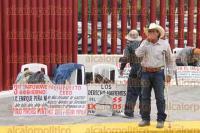 M�xico, DF., 1 de septiembre de 2015.- Trabajadores y beneficiarios del IMSS protestan afuera de la C�mara de Diputados previo a la entrega del III Informe de Gobierno del presidente Enrique Pe�a Nieto.