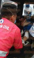 Agua Dulce, Ver., 2 de septiembre de 2015.- Los lesionados en este aparatoso accidente fueron trasladados a un hospital del municipio para ser atendidos.