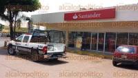 Veracruz, Ver., 2 de septiembre de 2015.- A las 15:00 horas de este mi�rcoles 3 sujetos asaltaron con armas de fuego una sucursal del banco Santander, los presuntos responsables lograron escapar con un aproximado de 70 mil pesos en efectivo.