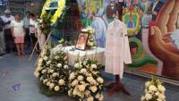 Veracruz, Ver., 2 de septiembre de 2015.- Personal m�dico, enfermeras y trabajadores del Hospital Regional de Veracruz colocaron una ofrenda en honor a su director, doctor Hugo Z�rate Amezcua, quien falleci� este mi�rcoles.
