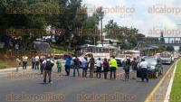 Xalapa, Ver., 3 de septiembre de 2015.- Como medida de presi�n, docentes cerraron un carril de la avenida L�zaro C�rdenas que viene de Veracruz, al mediod�a de este jueves.