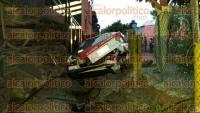 Veracruz, Ver., 3 de septiembre de 2015.- Poco antes del anochecer, el taxi 6540 de este municipio, termin� entre el ferrocarril y una malla cicl�nica, sobre la calle Hip�lito Salda�a y Carranza, en la congregaci�n de Tejer�a.