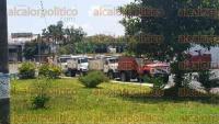 Coatepec, Ver., 4 de septiembre de 2015.- Conductores de carros de volteo se congregan sobre el libramiento a Coatepec, en la desviaci�n a Pacho Viejo; tienen cartulinas.