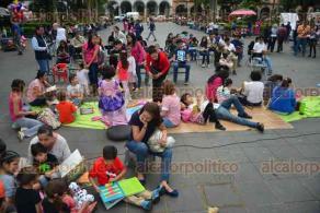 Xalapa, Ver., 3 octubre de 2015.- Filmaci�n en el parque Ju�rez del documental �Xalapa, manantial de lectura�, actividad que forma parte del programa de aniversario por la fundaci�n de la librer�a La Rueca de Gandhi.