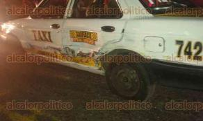 C�rdoba, Ver., 3 de octubre de 2015.- Tras persecuci�n, el alterado hombre embisti� a los taxis n�mero 193 y 742, destroz�ndolos de los costados y dejando heridos a sus conductores.